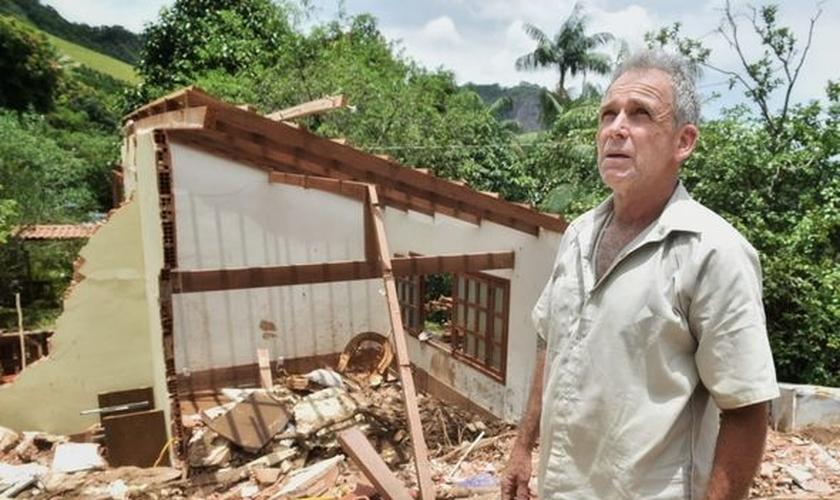 O aposentado Getúlio Bolzan perdeu a casa em um deslizamento de terra, mas viveu um livramento. (Foto: Fernando Madeira/A Gazeta)