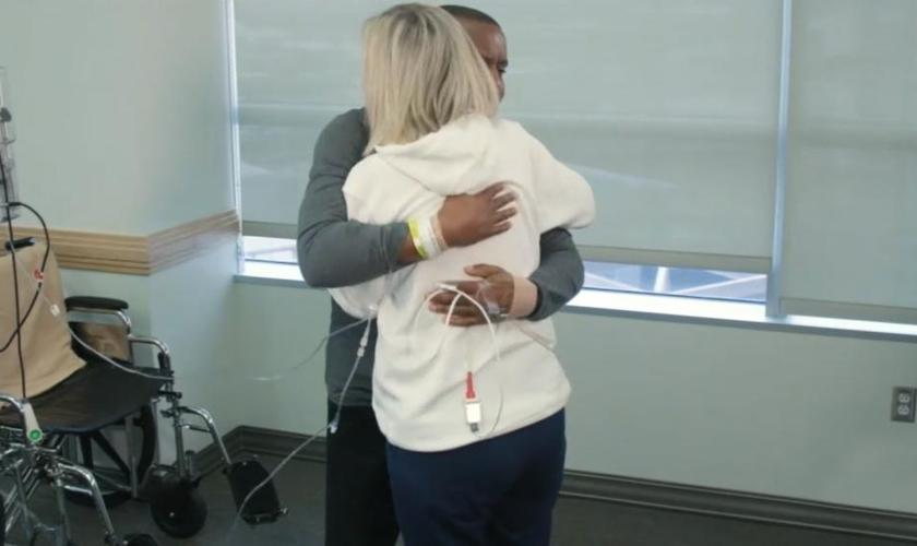 Diretora Sarah Schecter abraça Nate Jones em hospital nos EUA. (Foto: ABC News)