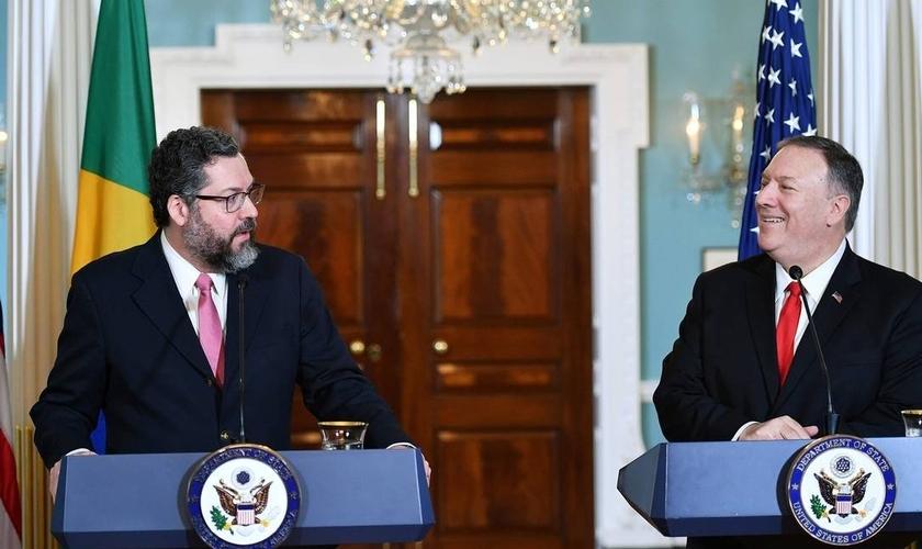 O ministro das Relações Exteriores, Ernesto Araújo, e o secretário de Estado americano, Mike Pompeo, em uma entrevista coletiva em Washington. (Foto: Mandel Ngan / AFP)