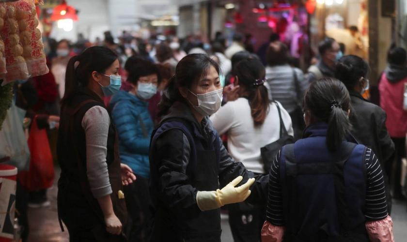 Pessoas usam máscaras protetoras em mercado em Hong Kong. (Foto: AP)