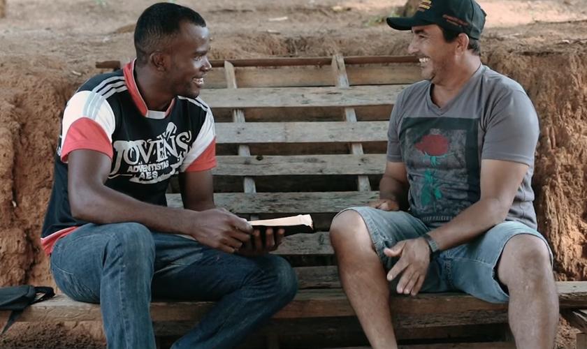 Sandro Pereira divide sua rotina entre o trabalho na roça e estudos bíblicos. (Foto: Igreja Adventista do Sétimo Dia)