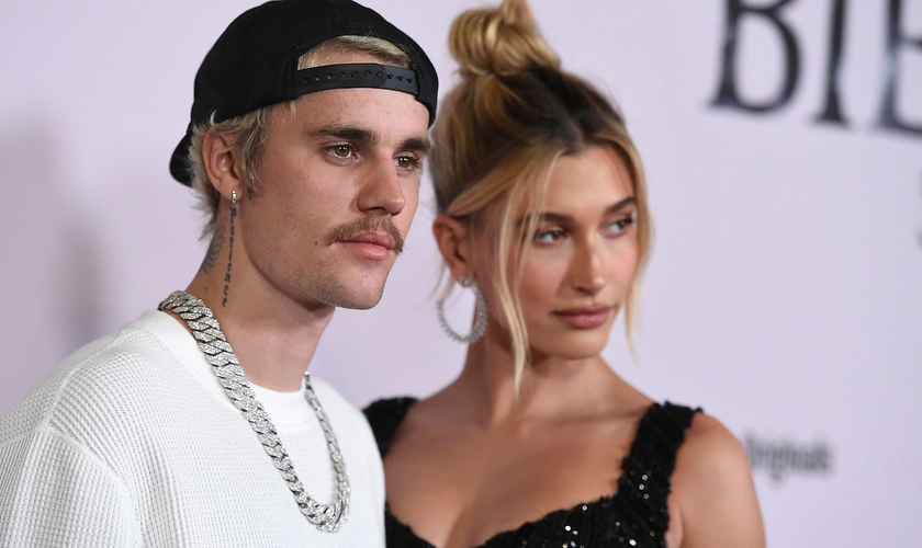 Justin Bieber ao lado da esposa, Hailey Bieber. (Foto: Jordan Strauss/Invision/AP/Shutterstock)