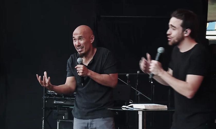 O pastor Francis Chan em ministração no The Send Brasil, no Estádio do Morumbi. (Foto: Reprodução/The Send)