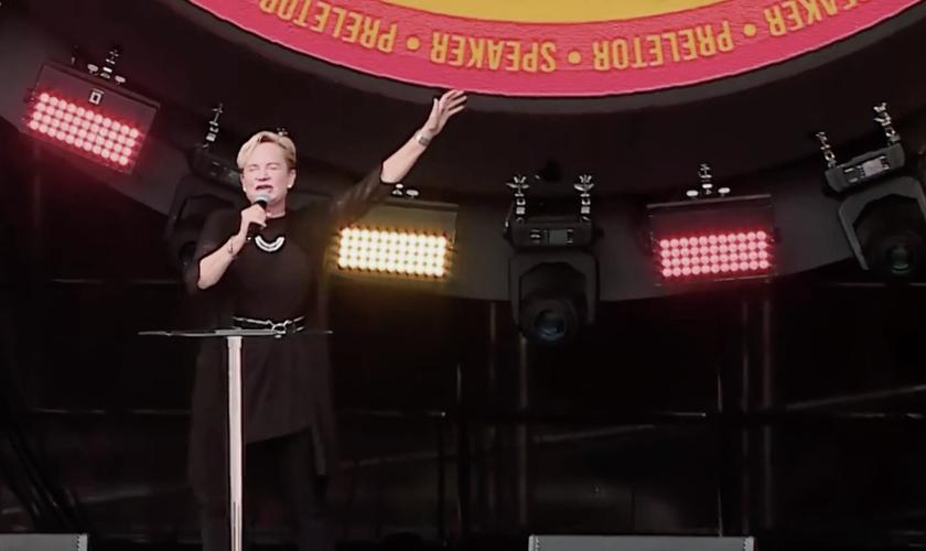 Heidi Baker em ministração no The Send Brasil, no Estádio do Morumbi. (Foto: Reprodução/The Send)
