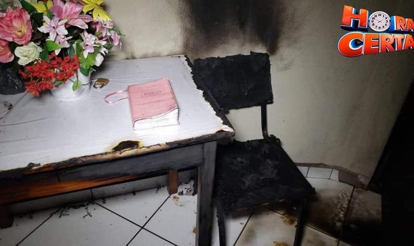 Bíblia fica intacta em incêndio, em Campo Mourão. (Foto: Reprodução/Facebook)