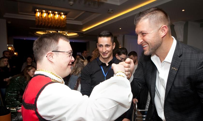 """Tim Tebow cumprimenta um convidado na """"Night to Shine"""", na Albânia. (Foto: Reprodução / Fundação Tim Tebow)"""