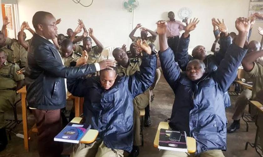 Policiais seniores encontram esperança em Cristo durante treinamento. (Foto: Reprodução/UGCN)