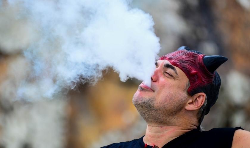"""Homem solta fumaça pela boca durante """"Marcha para Satanás"""", no Rio de Janeiro. (Foto: Erbs Jr./FramePhoto/Estadão)"""