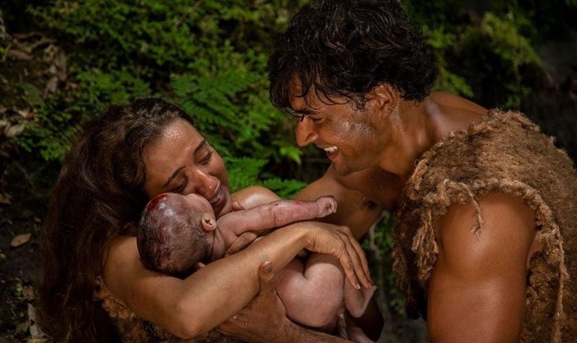 Os atores Carlo Porto e Juliana Boller, que vivem, respectivamente, Adão e Eva, seguram o primeiro filho, Caim. (Foto: Reprodução/Instagram)