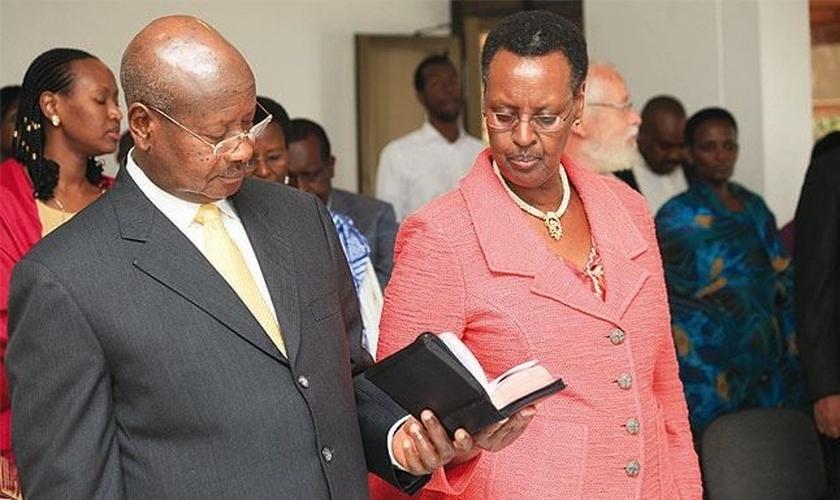Presidente Yoweri Museveni e sua esposa Janet durante as orações. (Foto: Reprodução/Eagle)