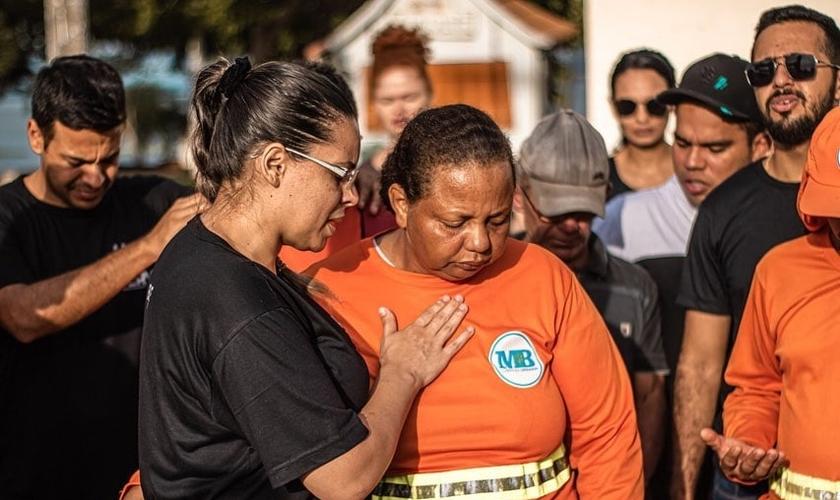Servidores da limpeza receberam oração e café da manhã. (Foto: Igreja Base Church/Divulgação)