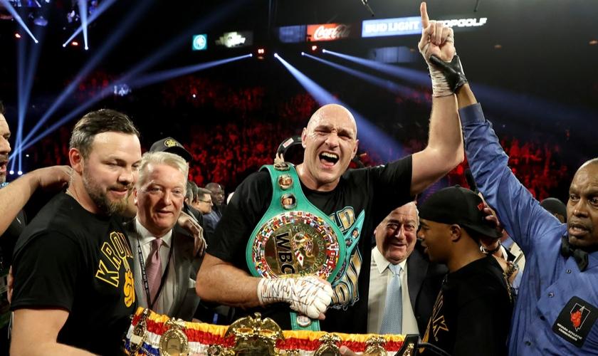 Tyson Fury agradece a Deus pela vitória. (Foto: Reprodução/Getty)