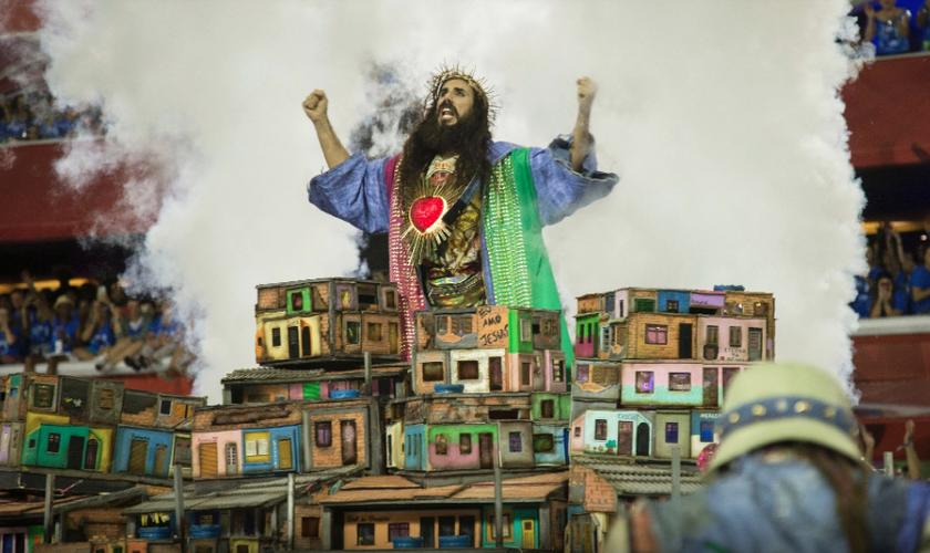 Desfile da Mangueira na Sapucaí usou a figura de Jesus Cristo. (Foto: Júlio César Guimarães/UOL)