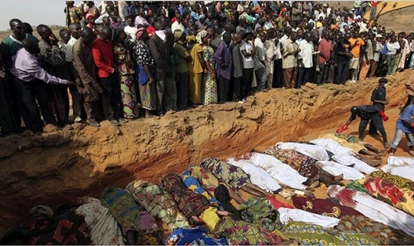 Cristãos fazem enterro coletivo de vítimas de terroristas islâmicos na Nigéria. (Foto: Reprodução/Christian Today)