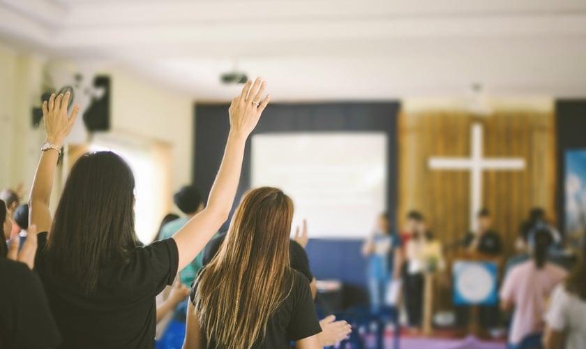 Pessoas reunidas em culto. (Foto: Reprodução/Relevant)