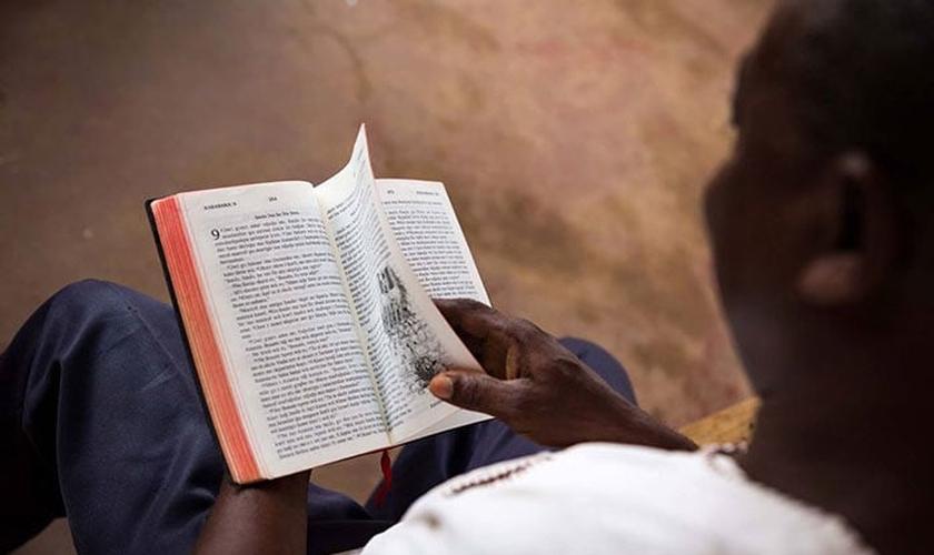 Homem passa a ser cristão e lê a Bíblia. (Foto: Reprodução/Rodney Ballard)
