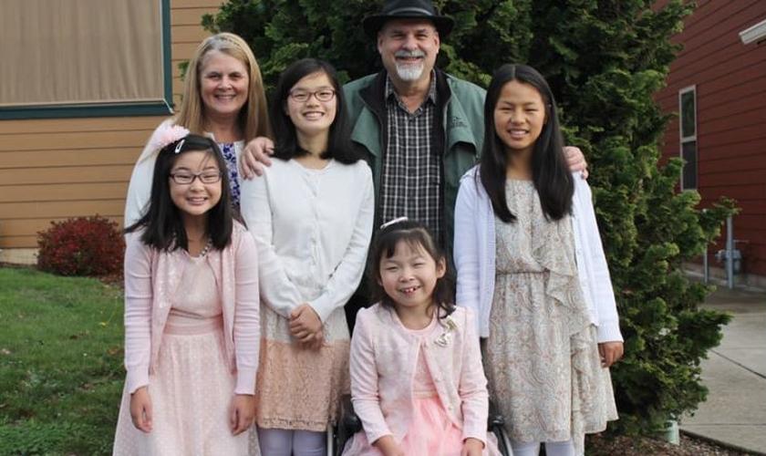 Os aposentados Randy e Linda Kramer adotaram 4 meninas da China com deficiência. (Foto: AG News)