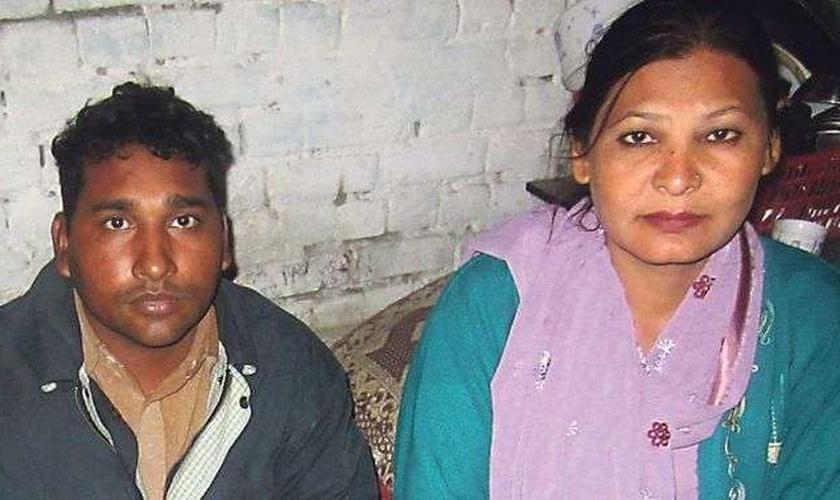 O casal Shafqat Emmanuel e Shagufta Kausar aguarda decisão sobre recurso para livrá-los da pena de morte. (Foto: Reprodução/ Joseph Anwar)