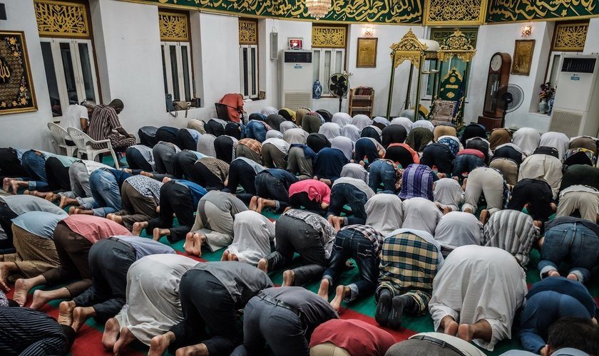 Muçulmanos durante reza em uma mesquita. (Foto: Reprodução/ Hugh Johnson)