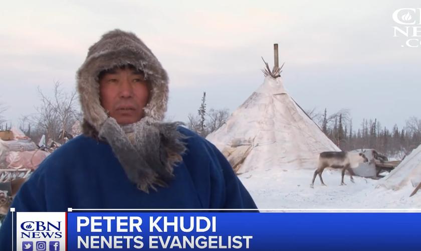 O missionário Peter Khudi viaja regularmente à Sibéria para ministrar aos moradores. (Foto: Reprodução/CBN News)