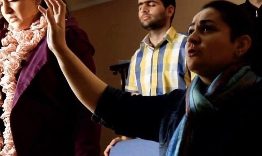 Cristãos iranianos em momento de adoração. (Foto: Reprodução/Heart4iran)