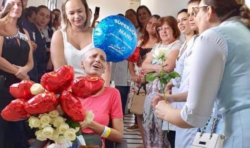 Emanuele Mendes de Marchi foi homenageada por médicos e enfermeiros. (Foto: Hospital Bom Samaritano)