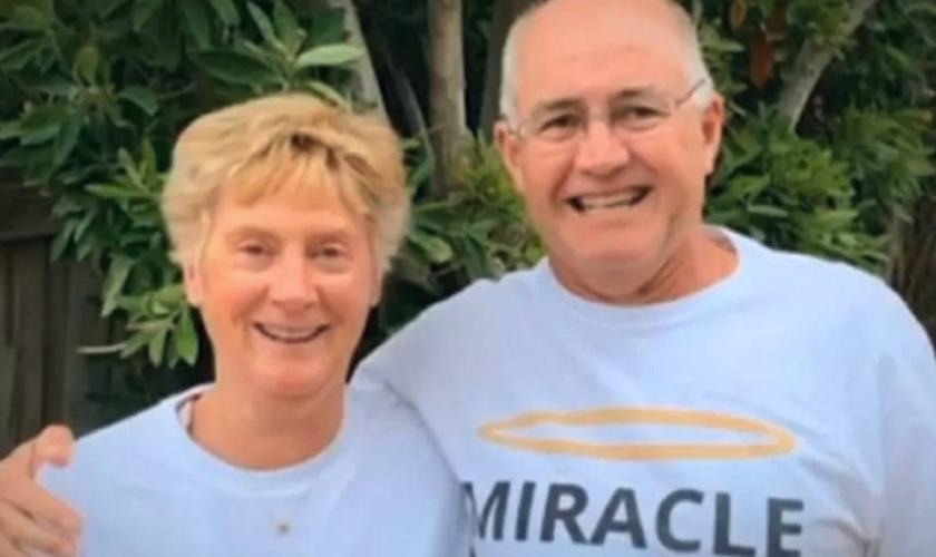 Alistair Blake – ao lado de sua esposa Melinda – surpreendeu os médicos ao voltar à vida depois que seu coração parou por 90 minutos. (Foto: Reprodução/7NEWS /Facebook)