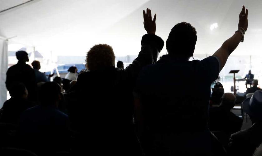 Fiéis durante um culto em uma barraca na Igreja Batista Missionária Mount Bethel, em Nashville, no Tennessee. (Foto: AP/Mark Humphrey)