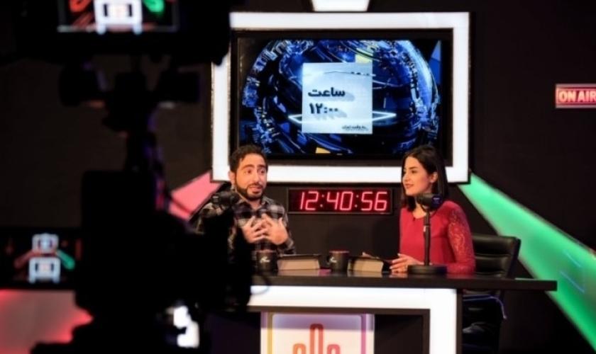 """Apresentadores do """"signal"""" do SAT-7 PARS, Reza Jafari e Niloufar Raisi. (Foto: Reprodução/SAT-7)"""