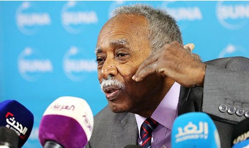 O ministro da Educação do Sudão, Mohamed El Amin El-Toam no fórum de imprensa da Agência de Notícias do Sudão. (Foto: Reprodução/SUNA)