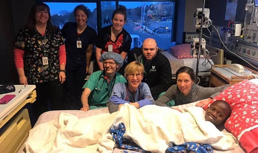 Robert com a equipe médica após a cirrurgia, nos EUA. (Foto: Reprodução/UGCN)