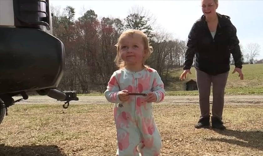 Caitlin Bowman brinca com sua filha, Bailee, que sobreviveu a um acidente com árvore nos EUA. (Foto: Reprodução/WGHP)