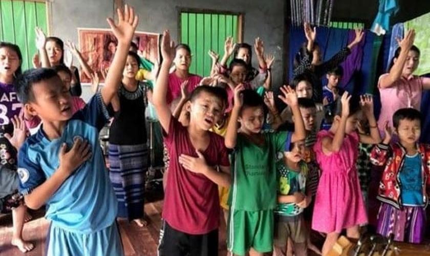 Crianças louvam a Deus em escola de Mianmar. (Foto: Reprodução/Christian Aid)