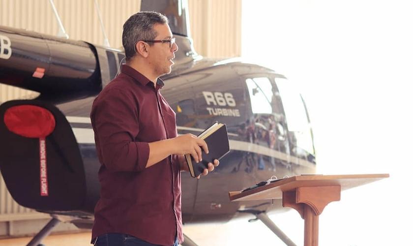 O helicóptero será usado para levar missionários a aldeias onde não há pista de pouso. (Foto: Facebook / Missão Novas Tribos do Brasil)