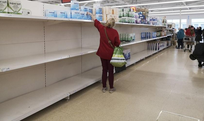 Por causa do pânico, alguns supermercados no Reino Unido ficaram com prateleiras vazias. (Foto: AFP)