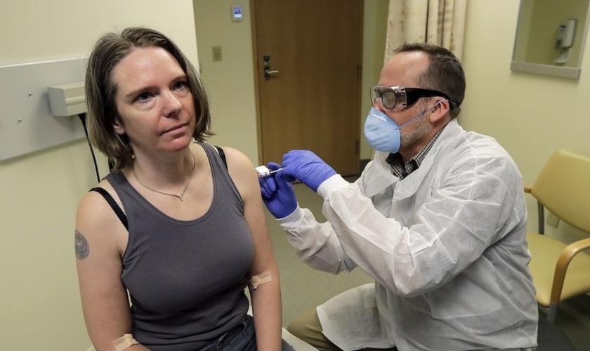 Jennifer foi a primeira voluntária a receber aplicação de teste da vacina contra o coronavírus, nos EUA. (Foto: AP Photo / Ted S. Warren)