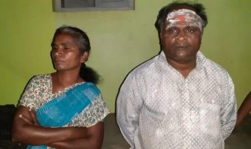 Babu Phinegas e sua esposa Esther, após sofrerem agressões dos nacionalistas hindus. (Foto: Reprodução/CSW)