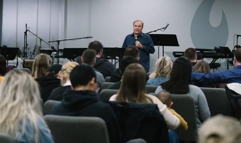 Mike Bickle ministrando em culto na sala de oração da Ihop. (Foto: Reprodução/Ihop)