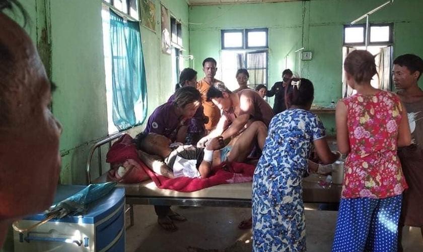 Um jovem cristão ferido recebe tratamento de emergência no hospital, que lutou para lidar com o número de feridos. (Foto: Reprodução / U Lai Pa / Barnabas Fund)