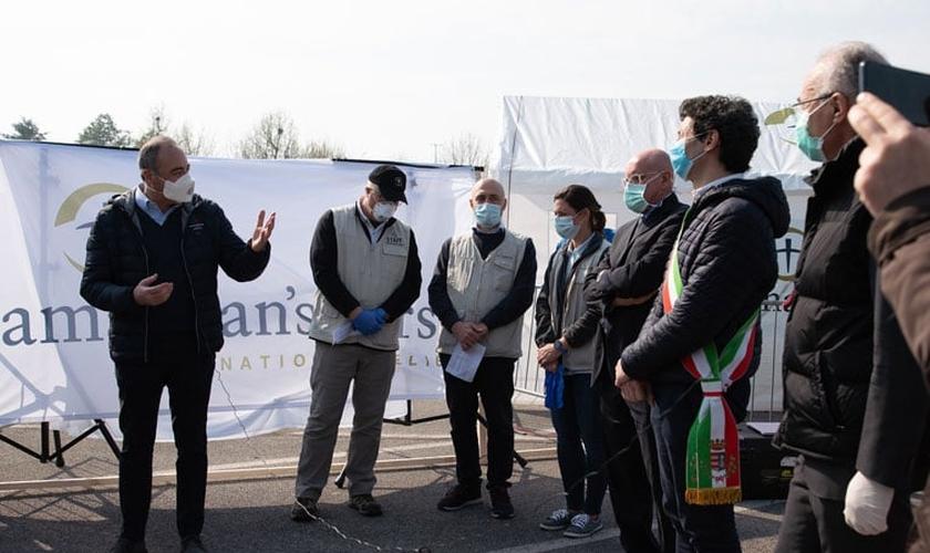 Autoridades locais e funcionários da Samaritan's Purse participam de uma cerimônia de dedicação. (Foto: Reprodução/Samaritans Purse)