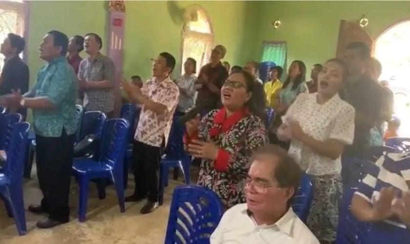Igreja reunida em vila de Sumatra. (Foto: Stefan J. Bos/BosNewsLife)