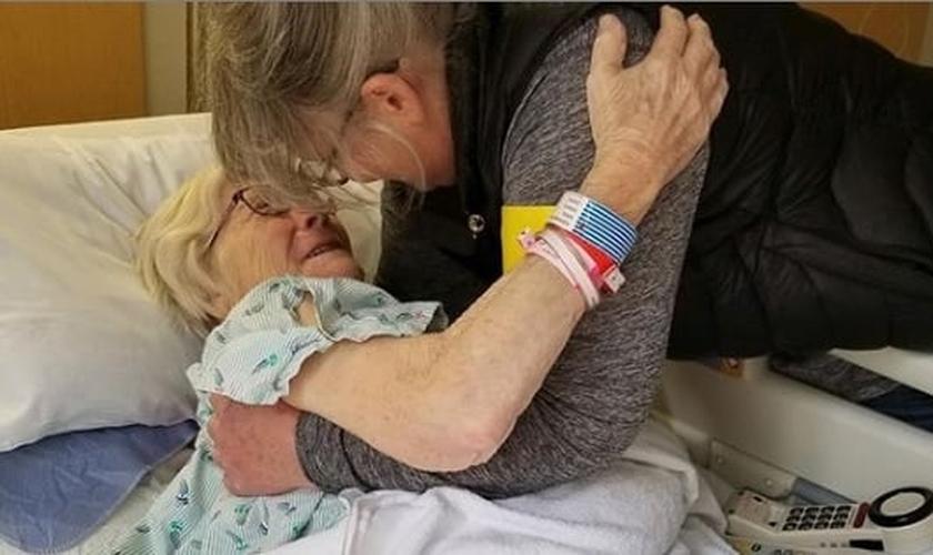 Geneva Woods (deitada) se recuperou do coronavírus com mais de 90 anos. (Foto: Instagram / Reprodução)