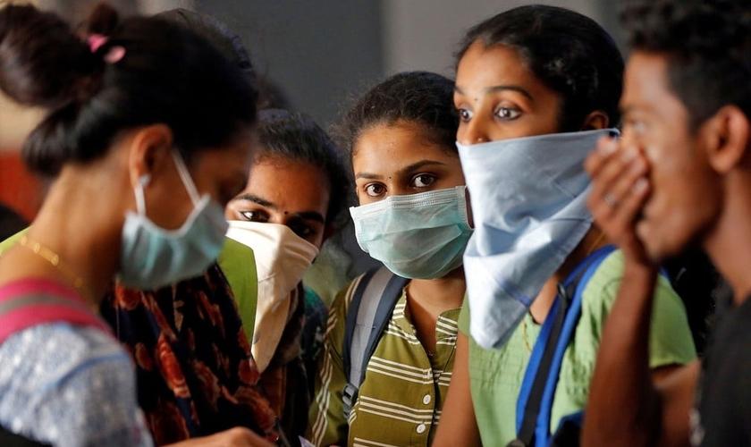 Estudantes usando máscaras aguardam para comprar bilhetes em estação de trem em Kochi, na Índia, na terça-feira (10). (Foto: Reuters/Sivaram V)