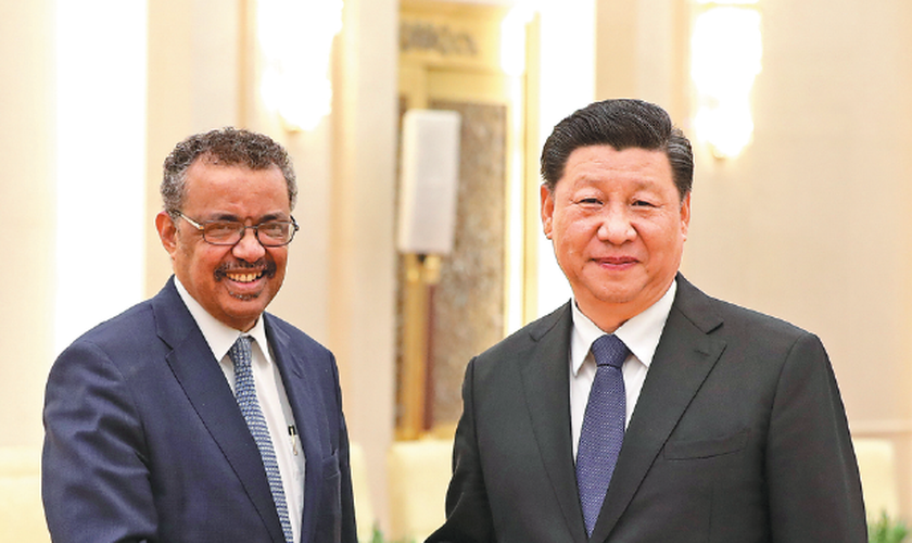 Presidente Xi Jinping aperta as mãos de Tedros Adhanom, diretor-geral da OMS, em Pequim. (Foto: Feng Yongbin/China Daily)