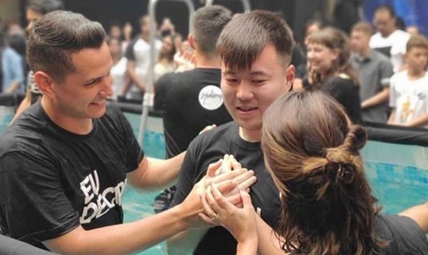 Mauricio Kazuhiro Suzuki, de 26 anos, foi batizado na Hillsong São Paulo. (Foto: Chris Mendez/Instagram)