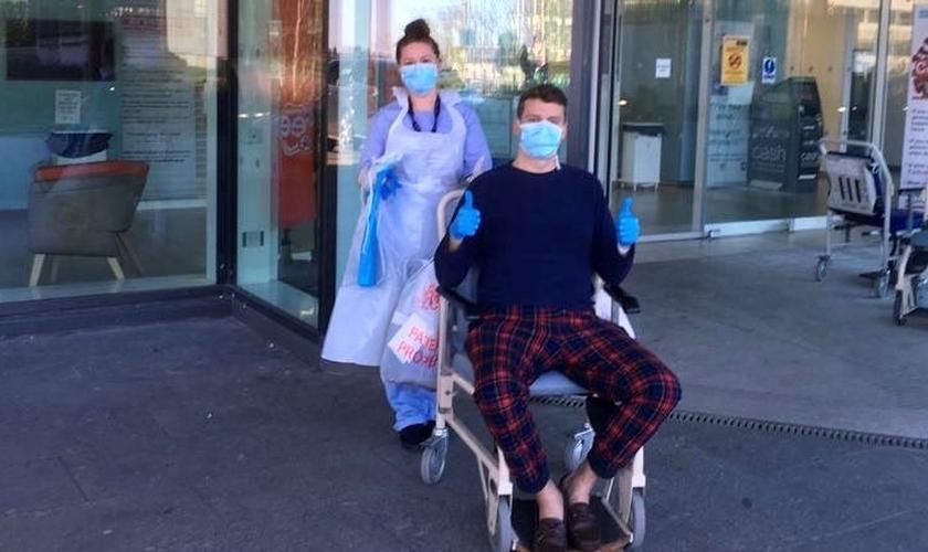 O pastor Mark McClurg ao sair do hospital. (Foto: Reprodução/Twitter)