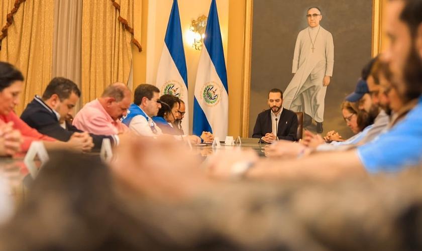 Presidente de El Salvador, Nayib Bukele, liderou um momento de oração com membros do governo. (Foto: Twitter/Casa Presidencial)