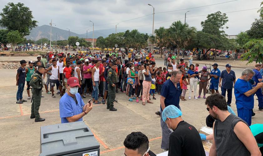 Missionários fazem atendimento médico e distribuem comidas na fronteira da Venezuela com a Colômbia. (Foto: Reprodução/God Reports)