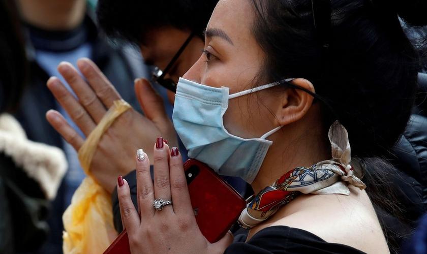 Mais pessoas estão se voltando para Deus durante a pandemia. (Foto: Reuters/Nguyen Huy Kham)