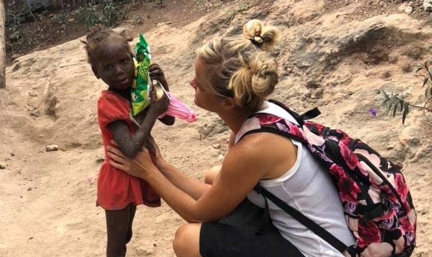 Lindsay Anderson (à direita) é missionária pela HSMS e decidiu permanecer no Haiti, mesmo em meio à pandemia do coronavírus. (Foto: Facebook / HSMS)